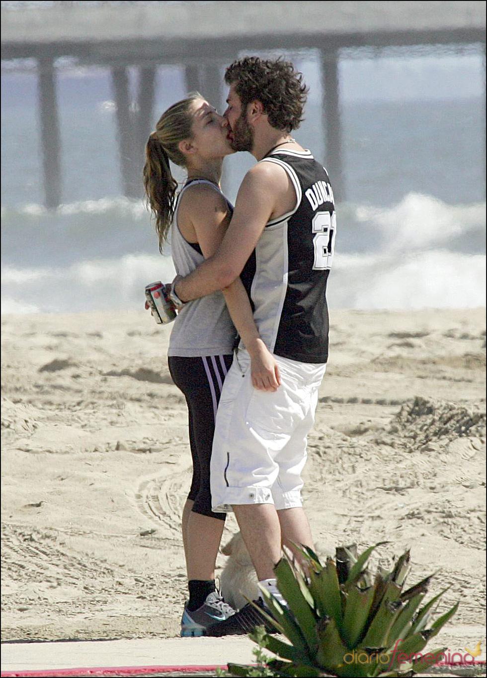 Elsa Pataky y Michael Youn besándose