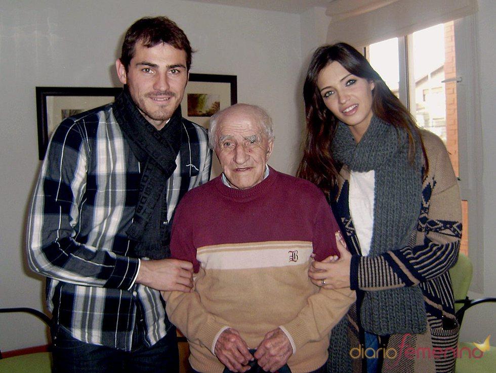 Sara Carbonero e Iker Casillas felicitan las fiestas al abuelo del portero