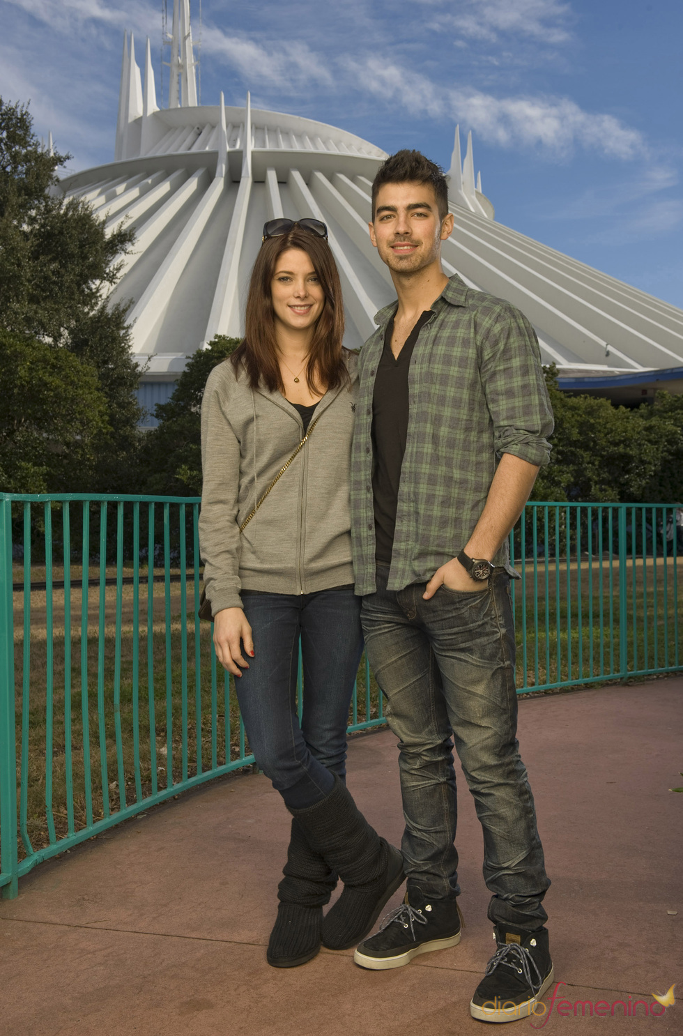 Ashley Greene y Joe Jonas en el parque temátio de Disney