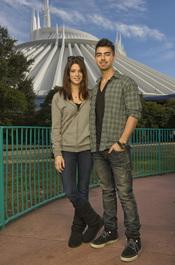 Ashley Greene y Joe Jonas en el parque temátio de Disney