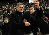 Mourinho se fotografía con la afición