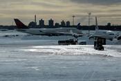 La fuerte nevada en Nueva York impide la salida de aviones