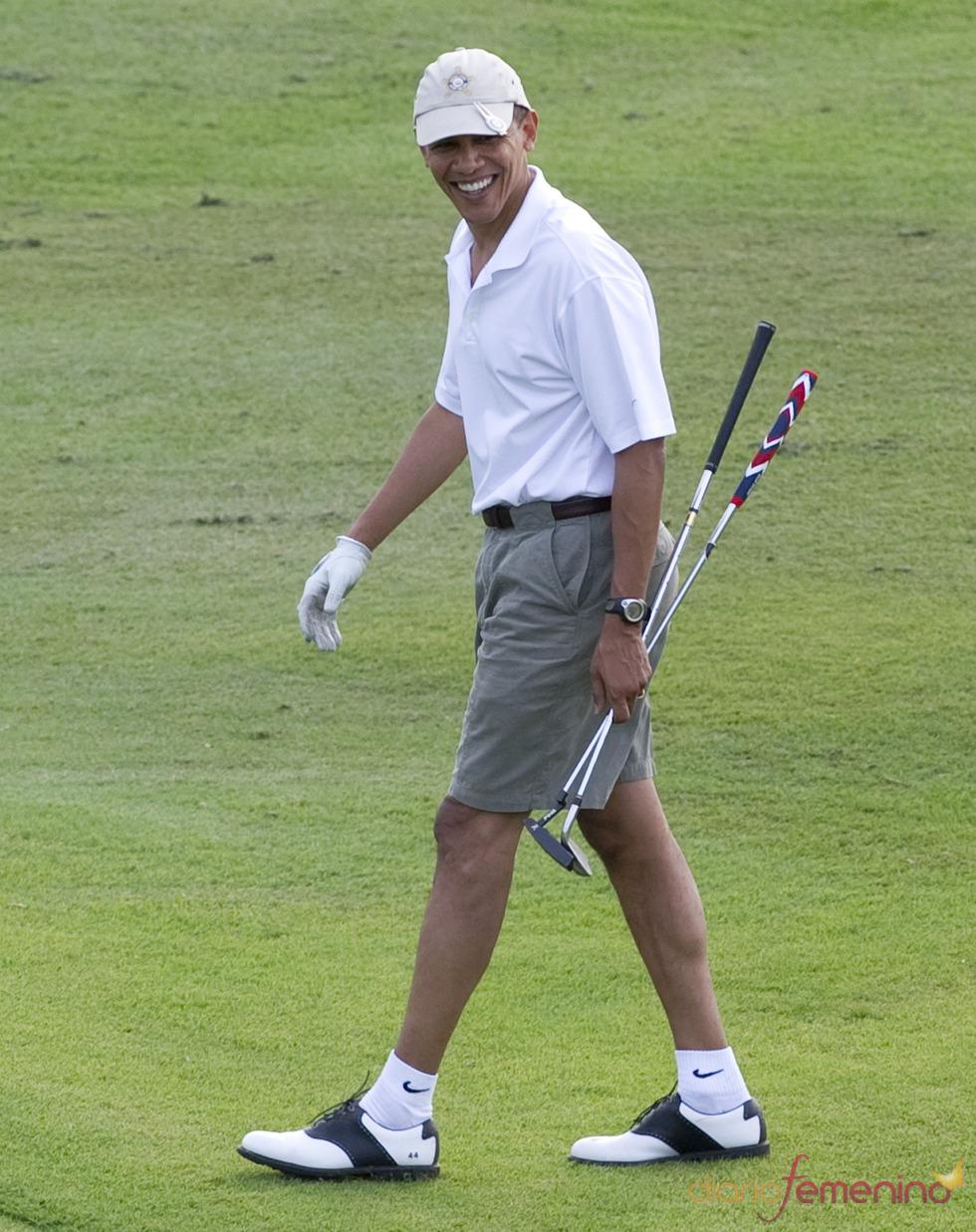 Barack Obama se relaja jugando al golf