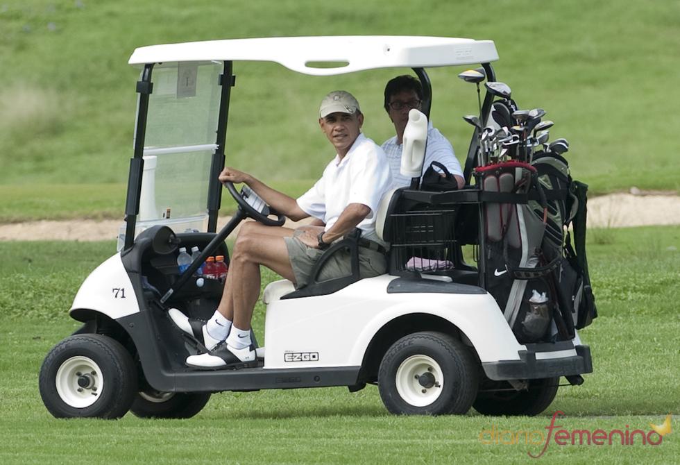 Barack Obama disfruta jugando al golf durante sus vacaciones en Hawai