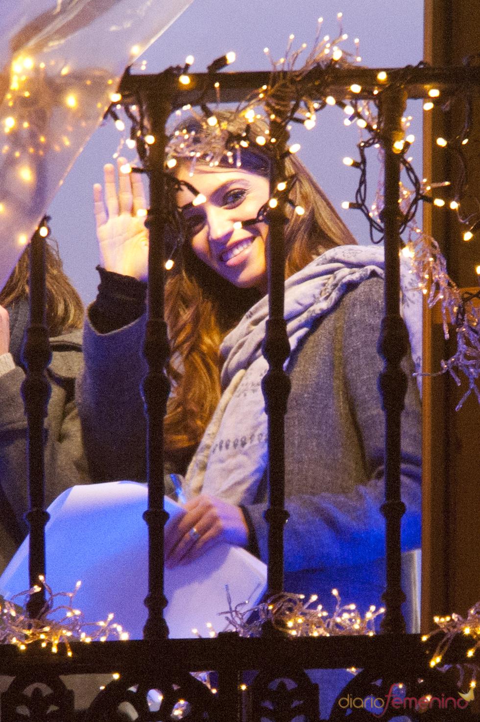 Sara Carbonero saluda a la gente congregada en la Puerta del Sol