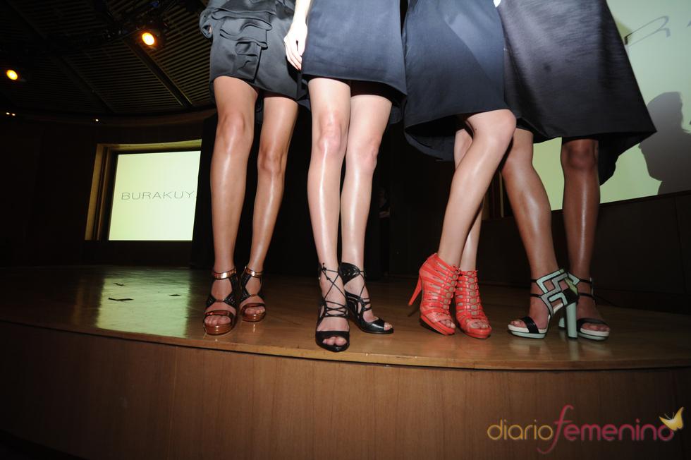 Las sandalias abiertas, la forma característica de la colección de primavera/verano de Burak Uyan