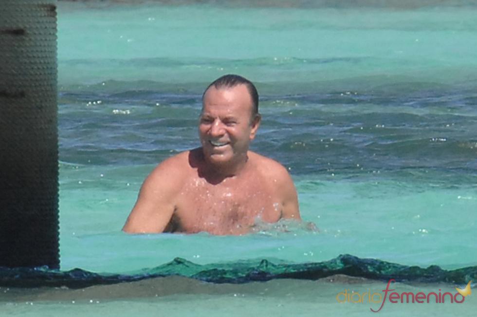 Julio Iglesias disfruta de un baño en aguas caribeñas