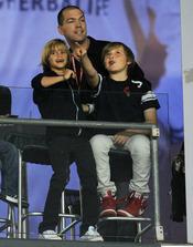 Romeo Beckham y su hermano Brooklyn en un partido en Los Ángeles