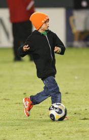 Romeo Beckham jugando a fútbol