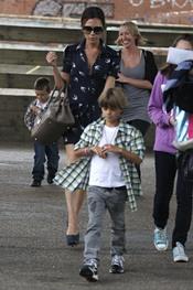 Romeo Beckham con su madre Victoria Beckham