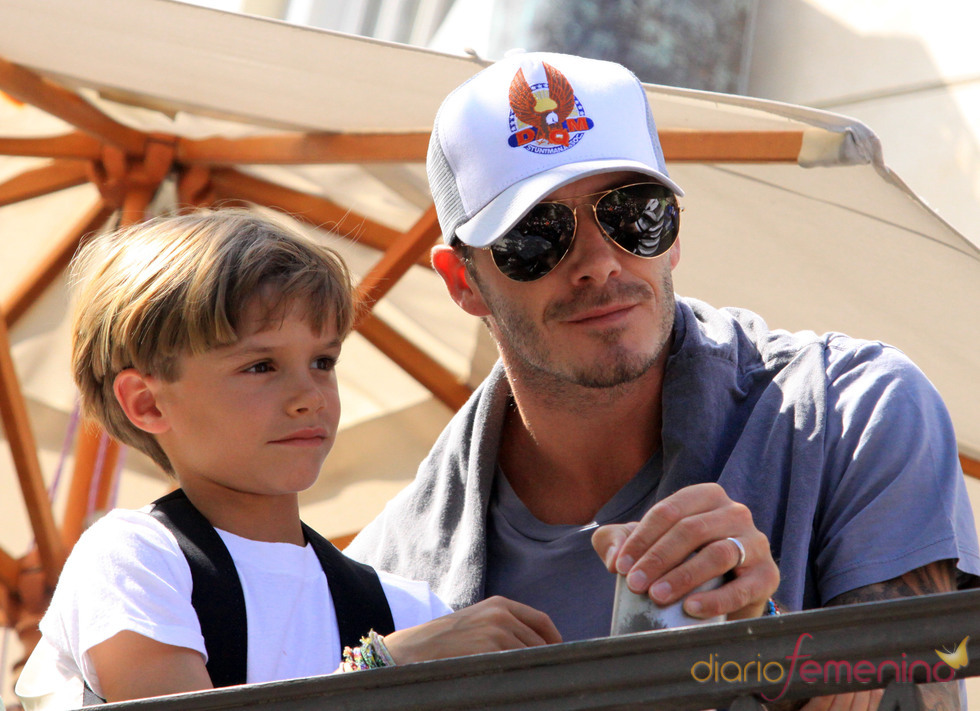 Primer plano de David Beckham con su hijo Romeo