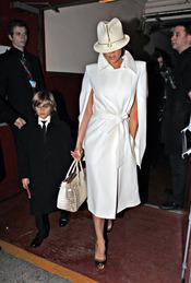 Romeo Beckham muy elegante junto a su madre