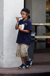Romeo Beckham comiendo un helado por la calle