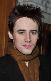 Reeve Carney es la estrella del musical Spider-Man: Turn Off the Dark en Nueva York.