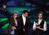 Jane Lynch, Cory Monteith y Chris Colfer  en el People's Choice Awards 2011