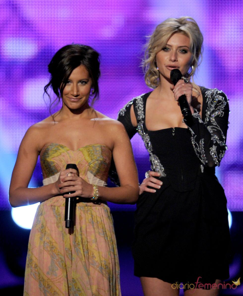 Ashley Tisdale y Alyson Michalka en los premios People's Choice Awards 2011