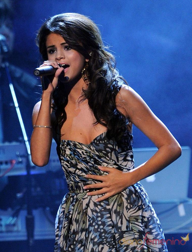 La ganadora Selena Gomez canta en el People's Choice Awards 2011