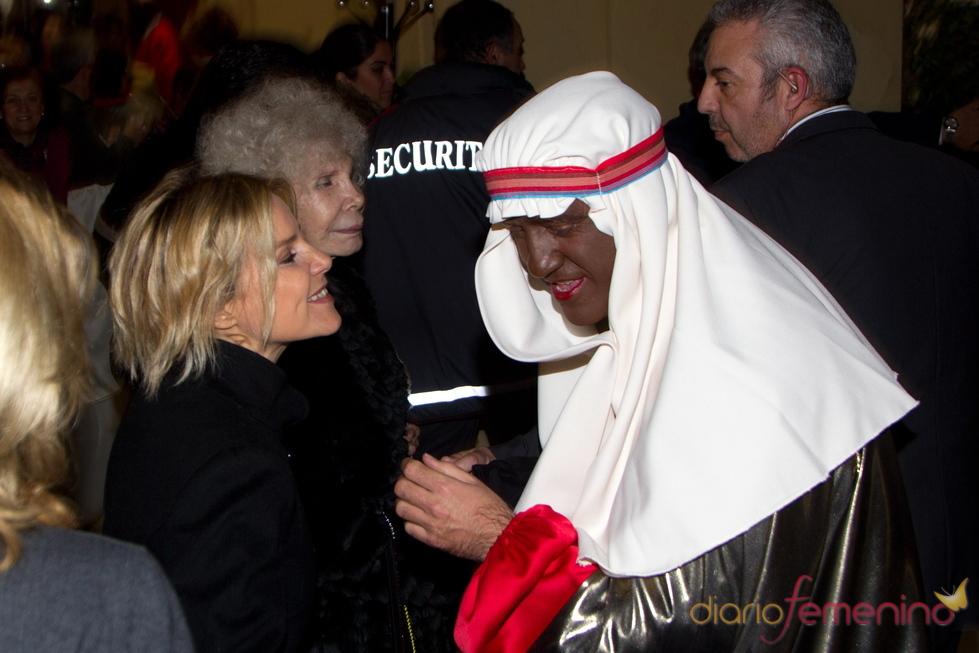 La Duquesa de Alba recibe caramelos del Rey Baltasar en la Cabalgata de Reyes 2011 de Sevilla