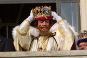 Cayetano Martínez de Irujo se coloca la corona de Rey Gaspar