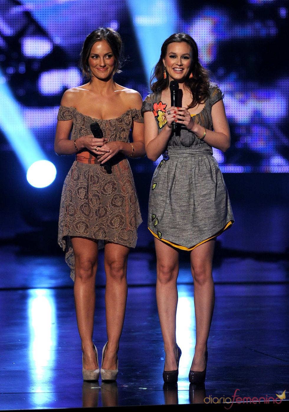 Minka Kelly y Leighton Meester en los People's Choice Awards 2011