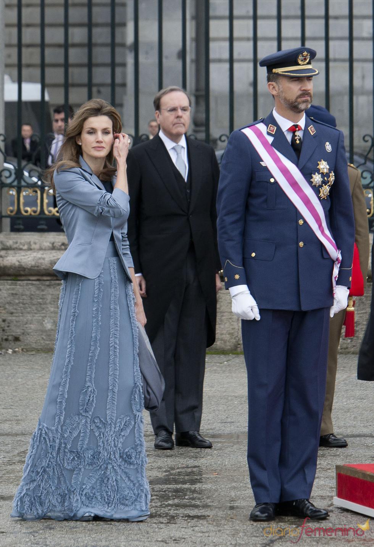 La Princesa Letizia se retoca el pelo en la Pascua Militar