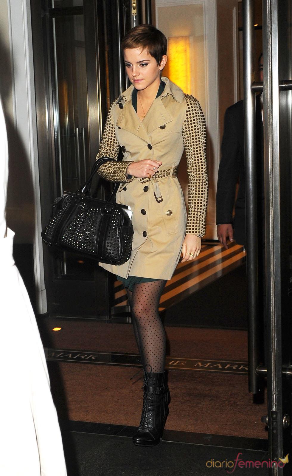 Emma Watson con un abrigo de tachuelas
