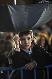 Froilán utiliza un paraguas para coger caramelos de la Cabalgata de Reyes 2011