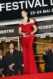Monica Belluci espectacular con un vestido rojo