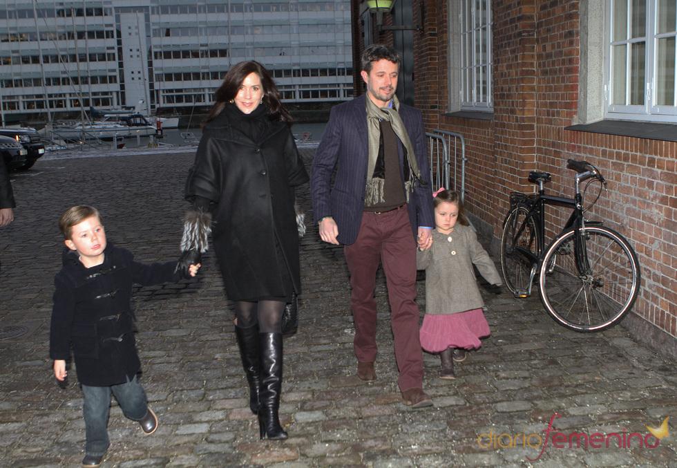 Mary Donaldson y Federico de Dinamarca con sus hijos