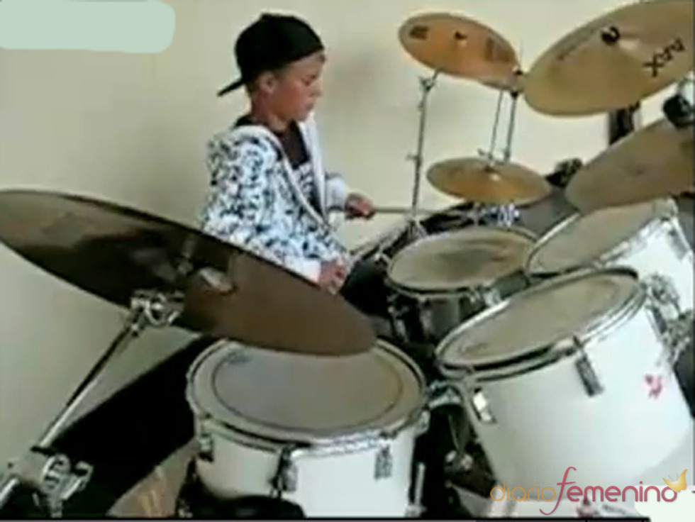 Justin Bieber toca la batería