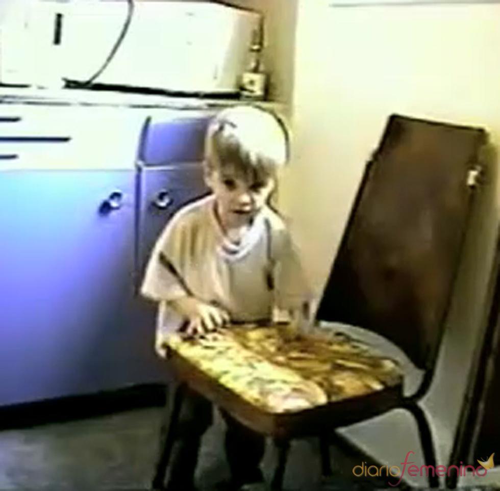 Justin Bieber toca el tambor en una silla