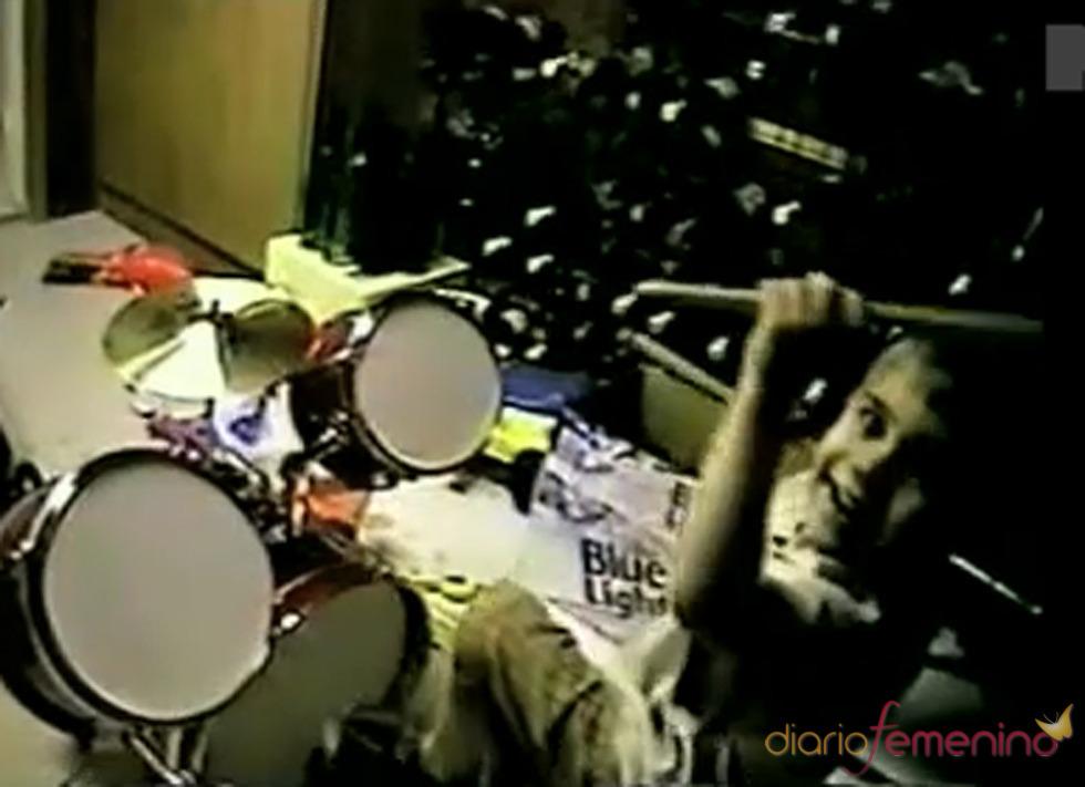 Justin Bieber toca la batería con mucho entusiasmo
