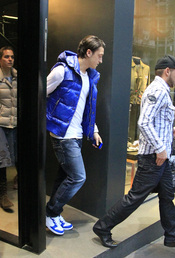 Mesut Ozil a su salida de una de las tiendas más exclusivas de Madrid