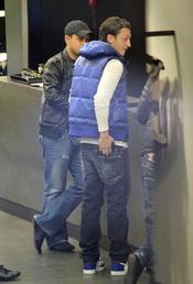 Mesut Ozil busca la cartera para pagar