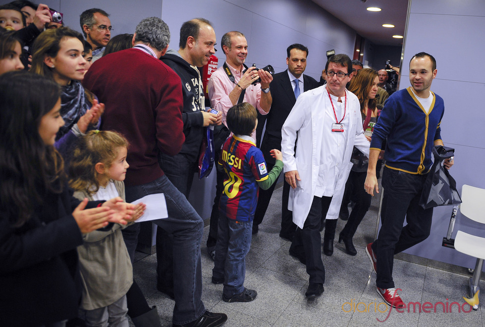 Andrés Iniesta a su llegada a un hospital infantil