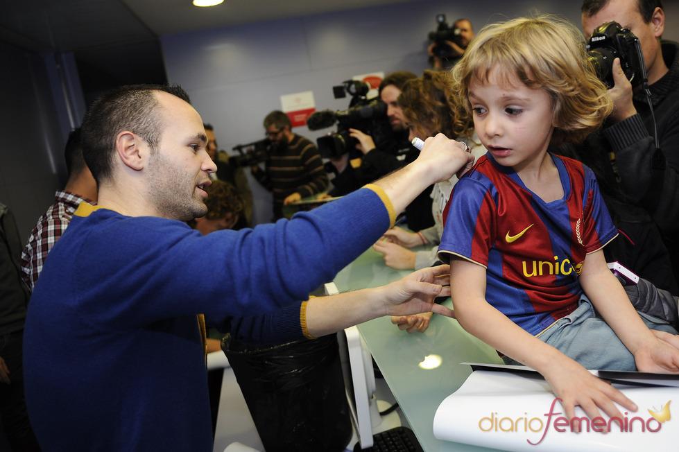 Andrés Iniesta firma camisetas en un hospital infantil