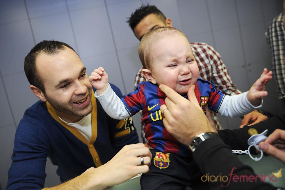 Andrés Iniesta visita un hospital infantil
