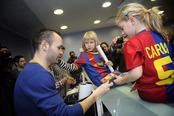 Andrés Iniesta firma autógrafos en un hospital infantil