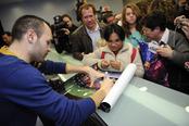 Andrés Iniesta atiende a todos sus seguidores en un hospital infantil