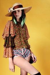 Short de ganchilo y blusa floreada de Topshop p/v 2011