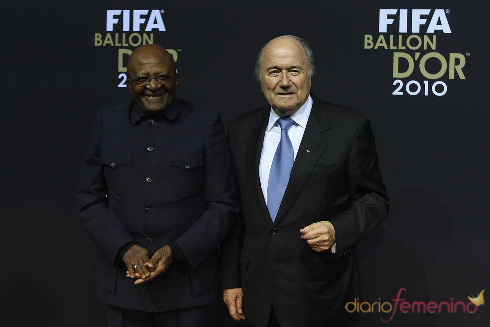 Desmond Tutu y Sepp Blatter en la gala FIFA Balón de Oro 2010