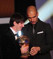 Pep Guardiola entrega el FIFA Balón de Oro 2010 a Leo Messi
