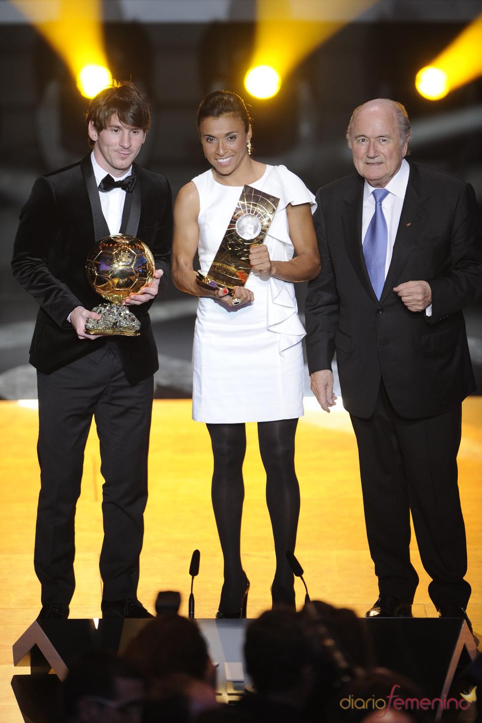 Leo Messi y Marta Vieira da Silva, con el presidente de la FIFA