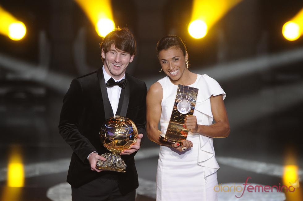 Leo Messi y Marta posan con sus trofeos