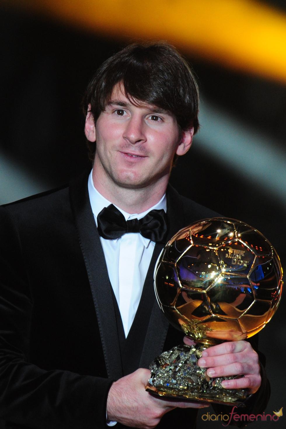 Leo Messi con su FIFA Balón de Oro 2010