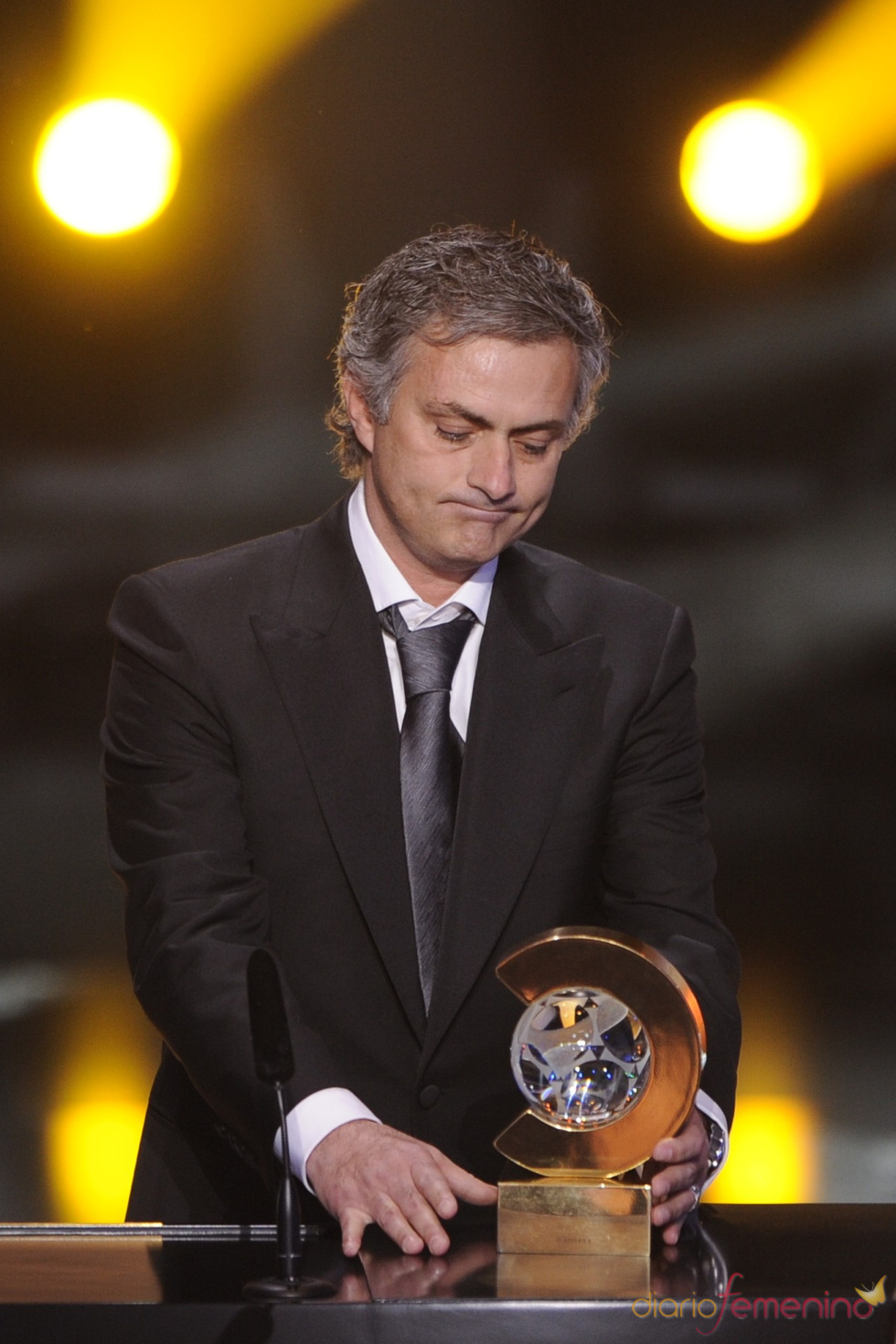 Jose Mourinho, con su trofeo de 'Mejor entrenador de 2010'