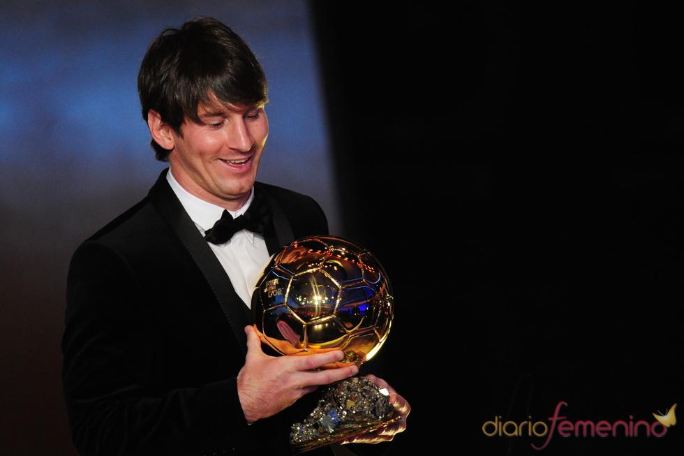 Leo Messi, muy contento con su FIFA Balón de Oro 2010