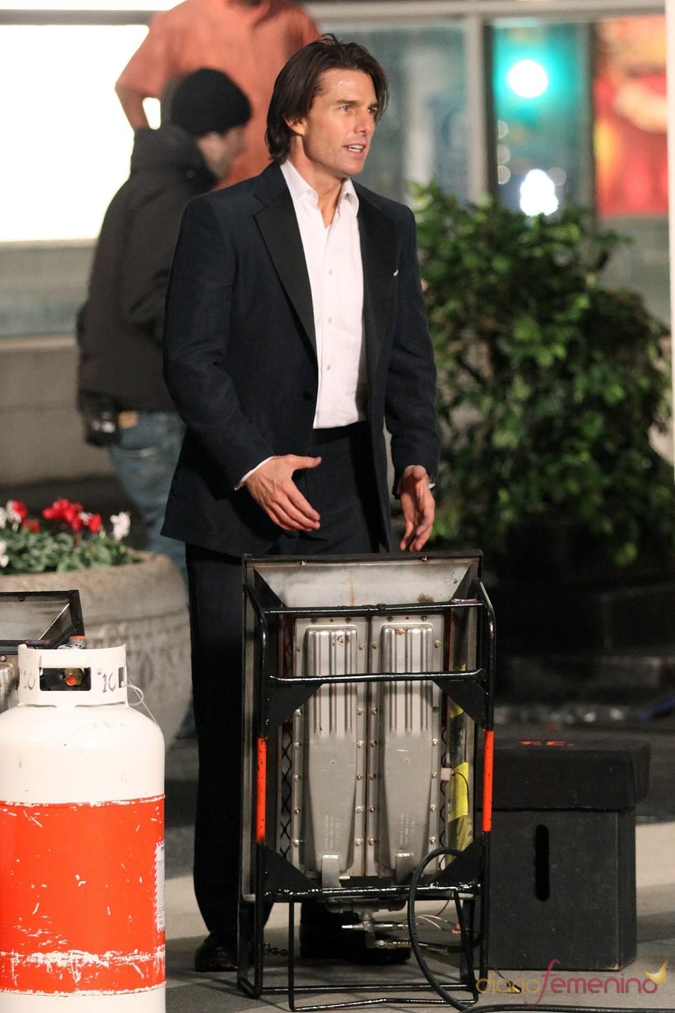 Tom Cruise se calienta las manos en un estufa durante el rodaje de 'Misión Imposible 4'