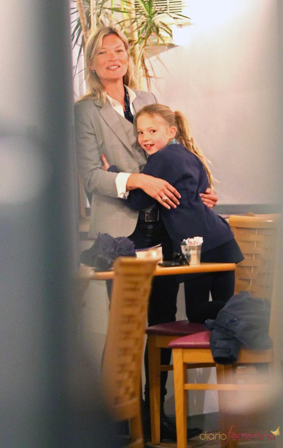 Kate Moss con su hija Lila Grace