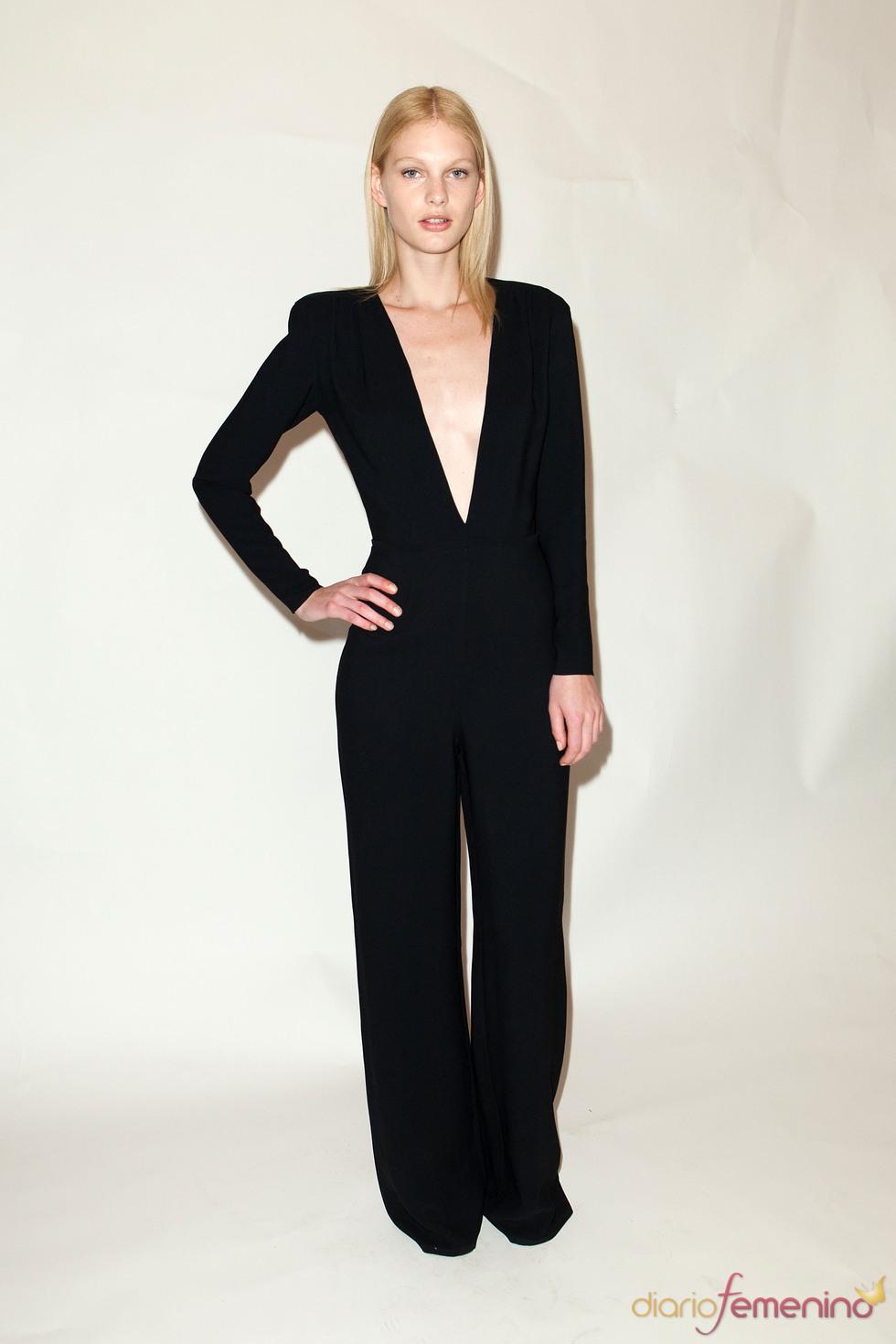 Monopieza en negro con escote triangular y hombreras pre colección Stella McCartney otoño 2011
